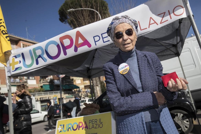 Emma Bonino incontra i cittadini al gazebo di +Europa a Roma