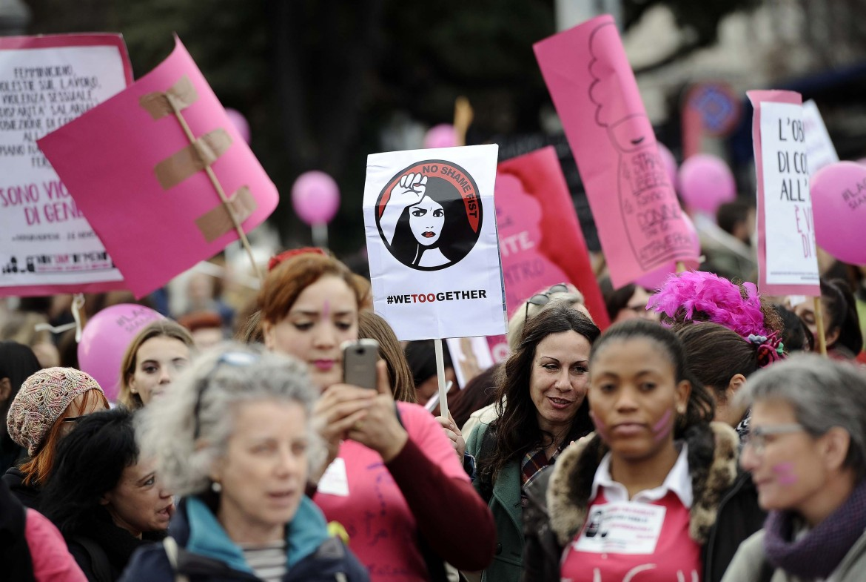 In marcia sotto le insegne della campagna #metoo contro le molestie ai danni delle donne