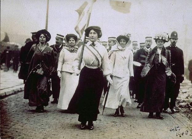 Alcune manifestazioni delle suffragette inglesi con alla testa Emmeline Pankhurst