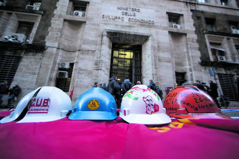 Presidio degli operai Alcoa al Ministero dello Sviluppo economico a Roma