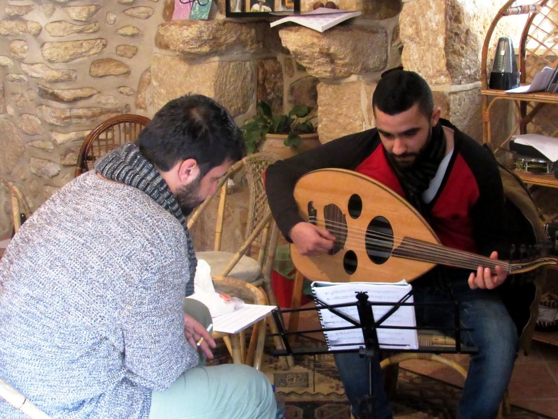 Tarek Abu Salameh (a sinistra) a Dar al-Musica