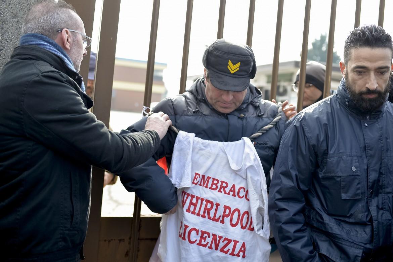 L'operaio Daniele dell'Embraco si incatena al cancello di entrata della fabbrica di Riva di Chieri (Torino) Foto LaPresse