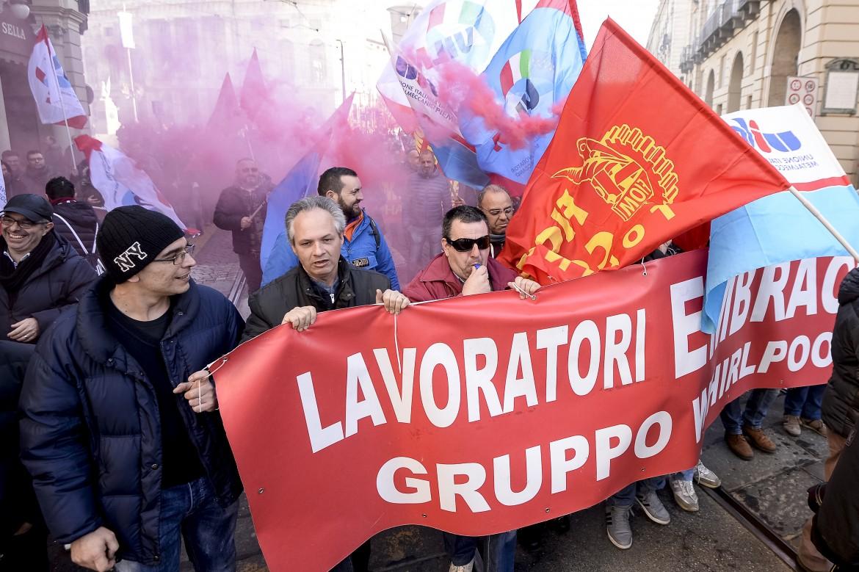 Una manifestazione dei lavoratori Embraco. Foto LaPresse