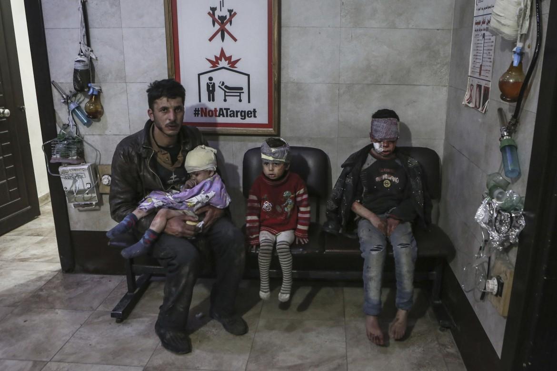 Bambini feriti dopo un raid nel sobborgo siriano di Ghouta est a Damasco