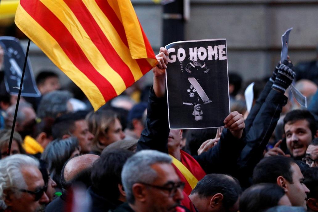 Un momento delle proteste a Barcellona contro il re