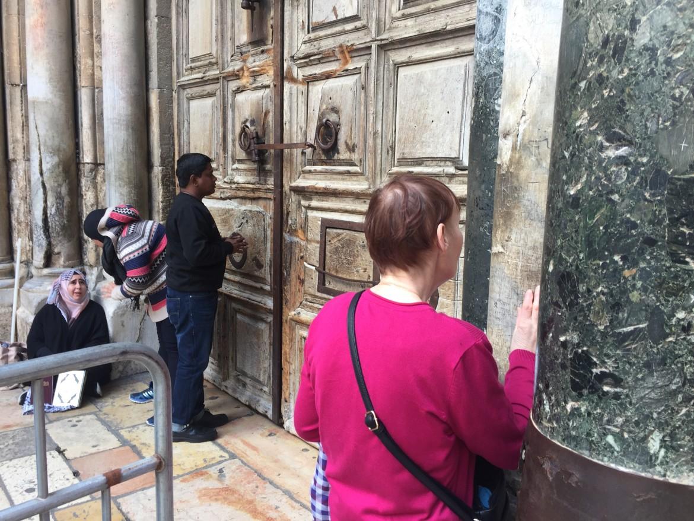 Preghiere davanti all'ingresso del Santo Sepolcro chiuso in segno di protesta