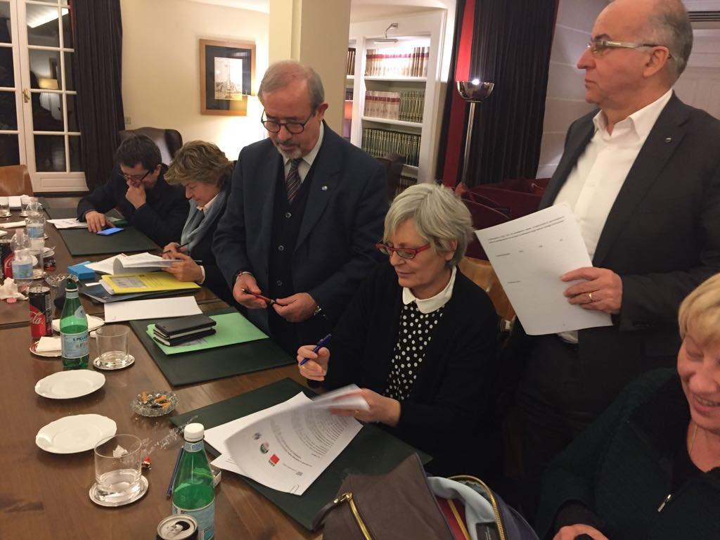 Il momento della firma dell'accordo. Da sinistra Susanna Camusso, Carmelo Barbagallo e Annamaria Furlan
