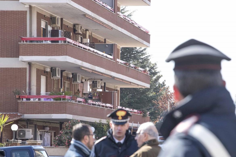 I carabinieri sul luogo della strage a Cisterna di Latina