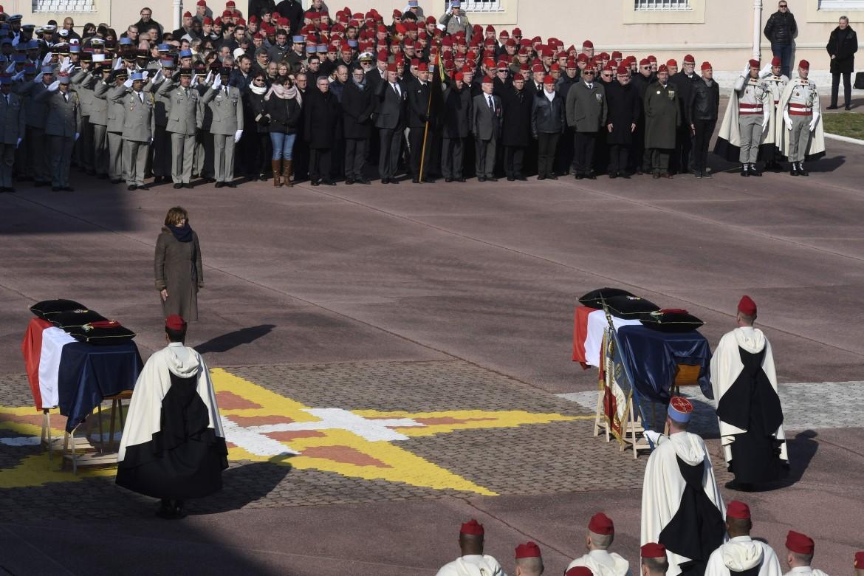 La ministra della Difesa Florence Parly rende omaggio ai feretri dei due soldati francesi uccisi lo scorso 21 febbraio in Mali