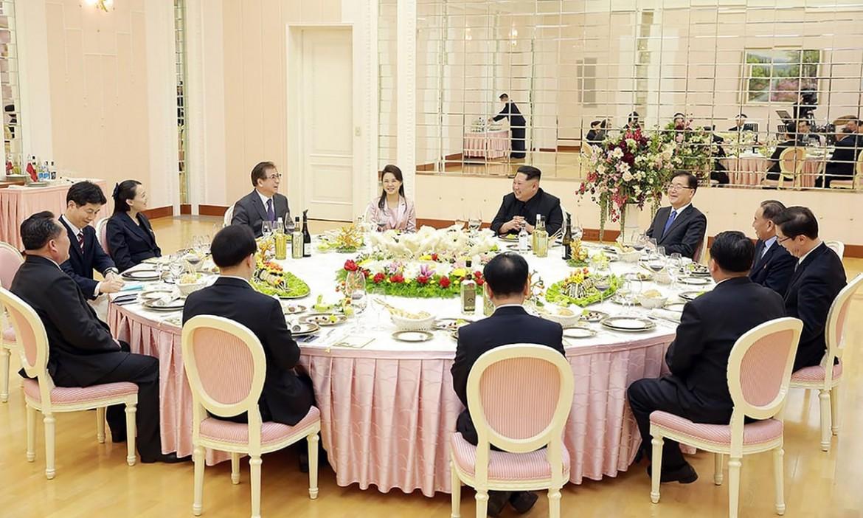 Un momento della cena tra la delegazione di Seul e Kim Jong-un