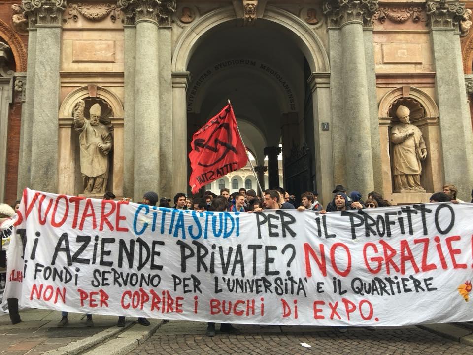 Milano, in corteo contro il trasloco