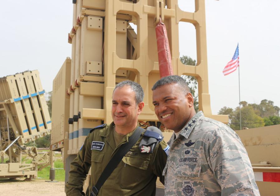 Il generale Zvika Haimovitch capo della difesa aerea israeliana e il generale Usa Richard Clark