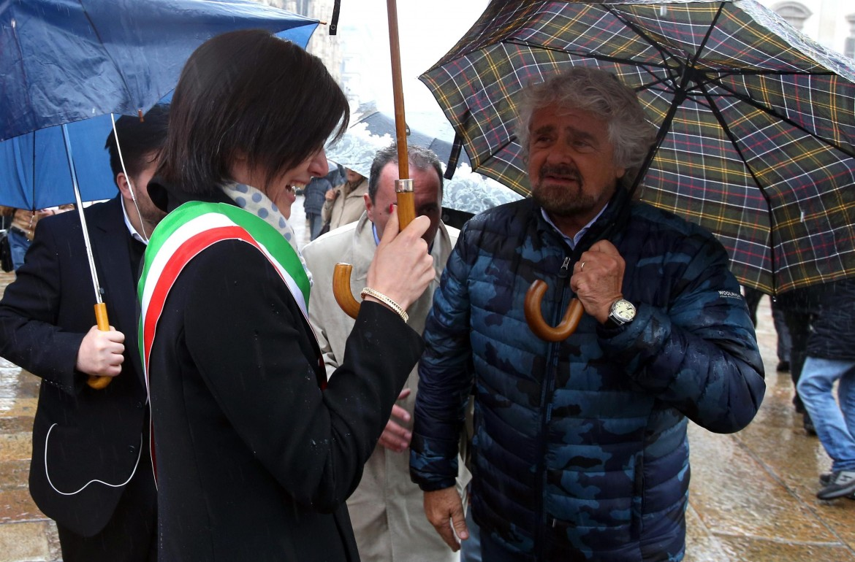 La sindaca di Torino Chiara Appendino con Beppe Grillo; sotto le Olimpiadi invernali del 2006