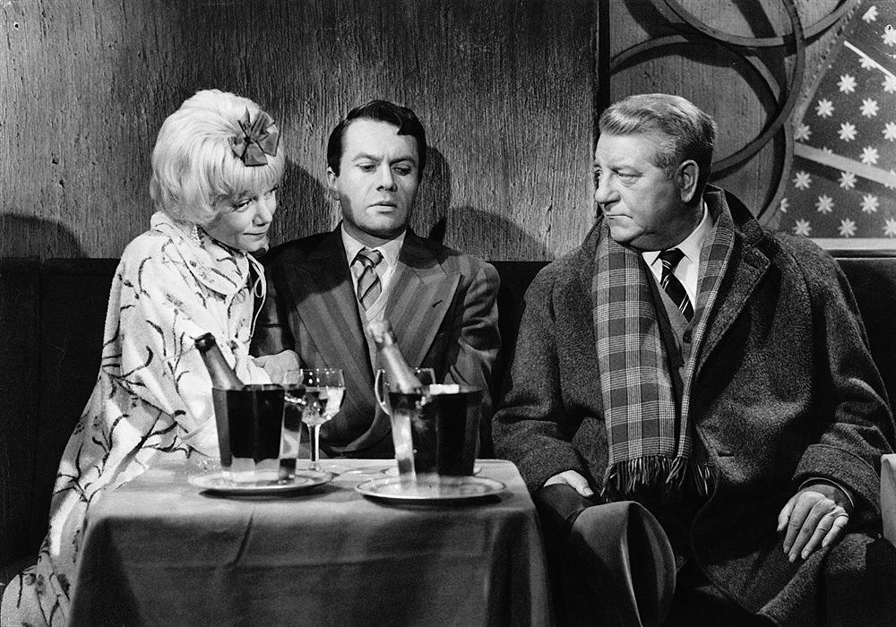 Jean Gabin nel film Maigret e il caso Saint-Fiacre, 1959, diretto da Jean Delannoy, tratto dal romanzo poliziesco di Simenon
