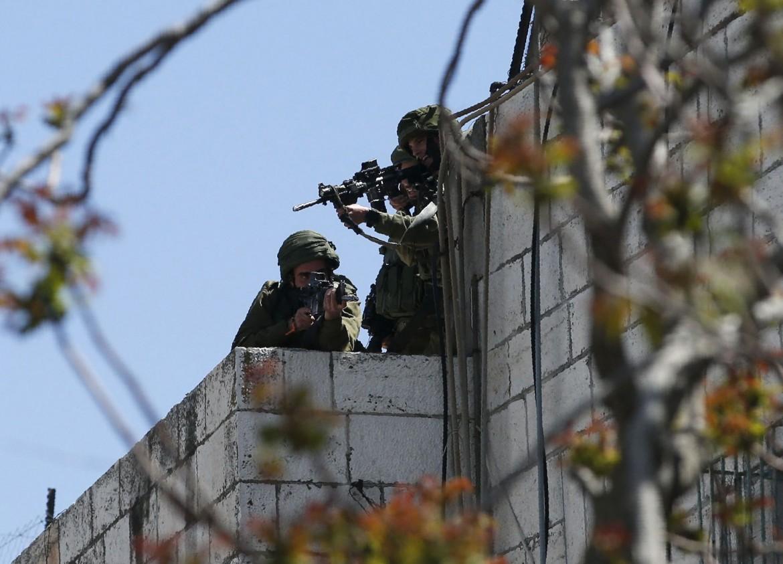 Soldati israeliani a Nablus, ieri, mentre