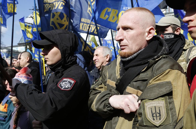 Nazisti ucraini marciano a Leopoli