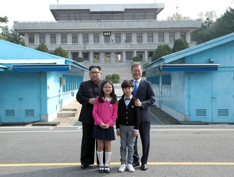 Il leader nordcoreano Kim Jong Un e il presidente sudcoreano Moon Jae-in in posa con bambini sudcoreani prima dello storico meeting  al confine tra i due paesi presso Panmunjom il 27 aprile 2018