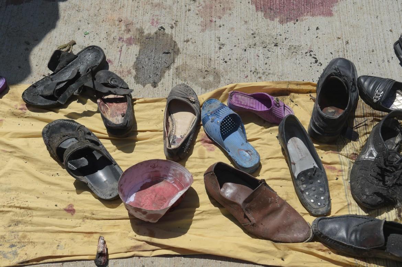 Le scarpe delle vittime. Una delle ultime foto scattate da Shah Marai, ucciso ieri a Kabul, nel luogo in cui si era consumato il precedente attentato che ha colpito la città, un centro per la registrazione degli elettori