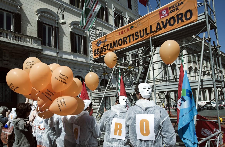 Una manifestazione della Fillea Cgil contro i morti sul lavoro