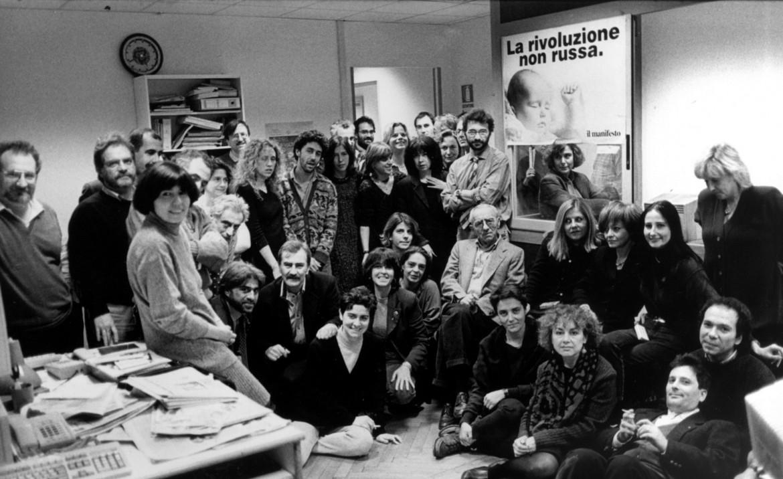 La redazione a via Tomacelli, Angela Pascucci è la prima a sinistra, appoggiata al tavolo