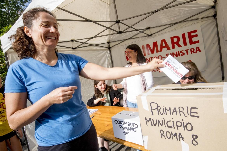 Roma, un gazebo allestito per le primarie, alla Garbatella