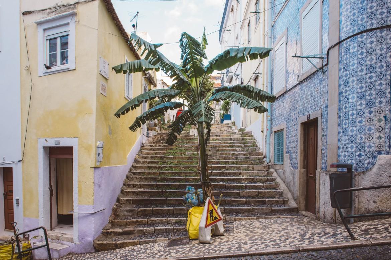 Scalinata nel quartiere Mouraria di Lisbona, una delle zone più interessate dal boom di alloggi turistici