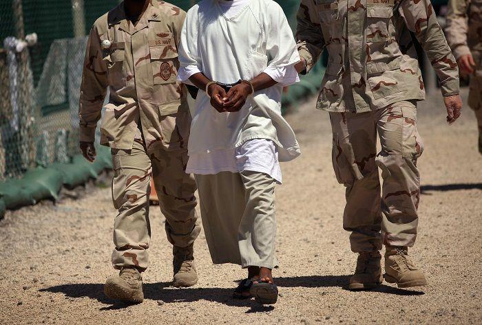 detenuto portato via dagli agenti nella base di guantanamo a cuba