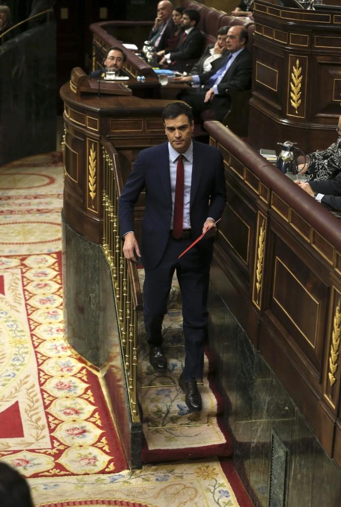 Il leader socialista Pedro Sánchez, sotto il premier Mariano Rajoy lascia il Congresso