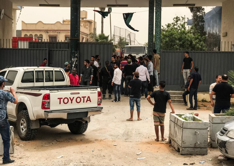La sede della Commissione elettorale a Tripoli dopo l'attacco kamikaze Afp Sotto, combattenti del Polisario nel campo profughi di Smara