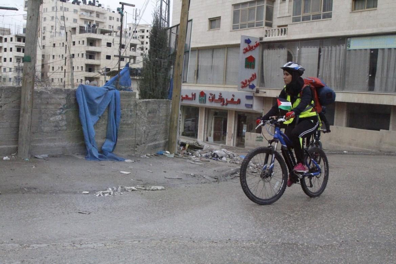 La ciclista palestinese Malak Hasan