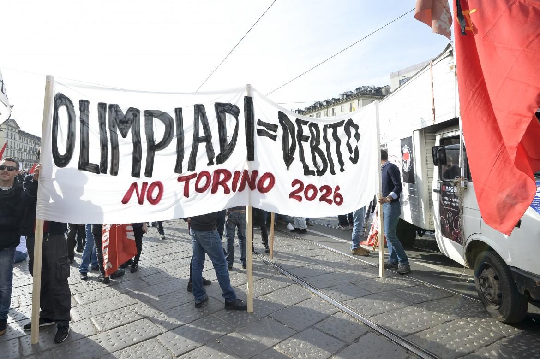 Una protesta contro le Olimpiadi 2026 a Torino