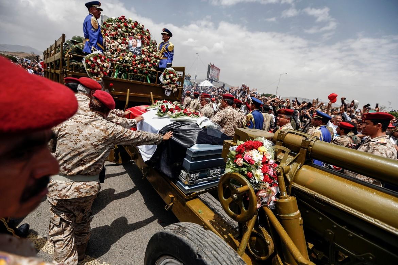 I funerali del leader Houthi Saleh al-Sammad, ucciso in un raid saudita