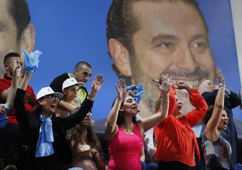 Supporter adoranti dell'attuale primo ministro libanese  Saad Hariri durante  un suo comizio a Beirut
