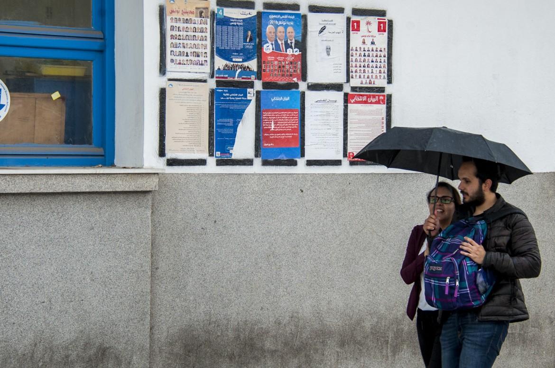 Liste elettorali affisse in una strada di Tunisi