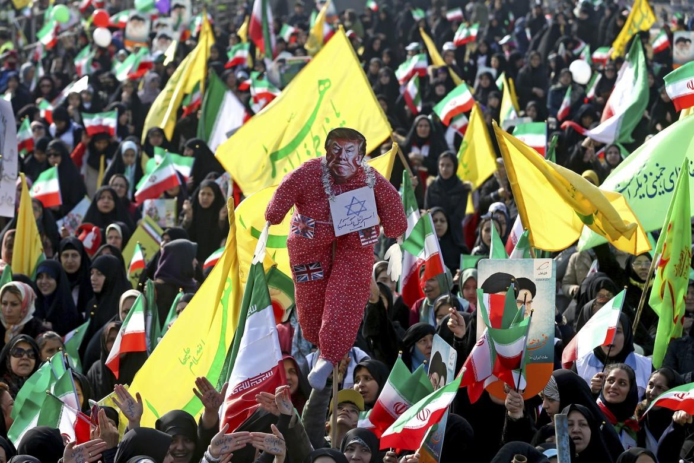 Il pupazzo di Trump sventolato alle celebrazioni del 39° anniversario della rivoluzione islamica