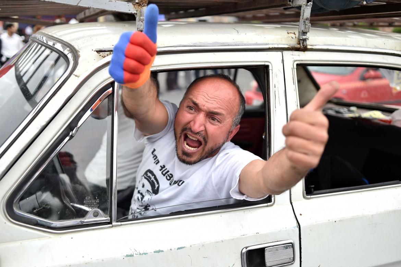 Un sostenitore di Pashinyan festeggia la sua nomina a premier
