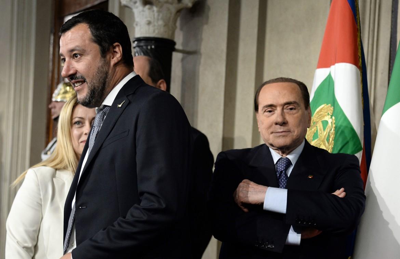 Matteo Salvini, Giorgia Meloni e Silvio Berlusconi al Quirinale; sotto Sergio Mattarella con Leonardo Bonucci e Gianluigi Buffon