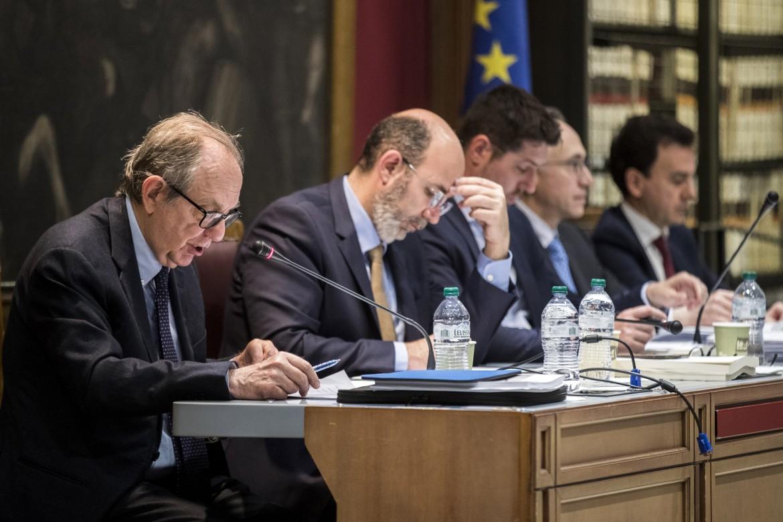 Padoan e il presidente della commissione speciale del senato sui provvedimenti urgenti