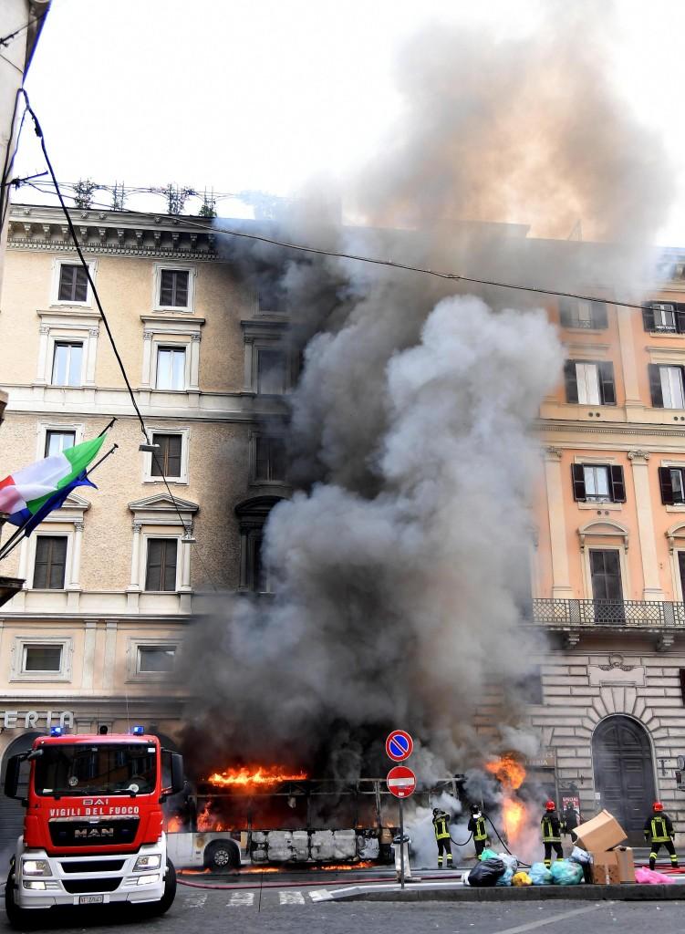 Il bus dell'Atac andato a fuoco in via del Tritone a Roma