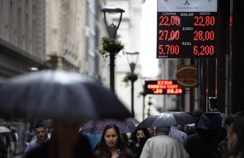 Il peso perde rapidamente valore rispetto al dollaro, autunno caldo a Buenos Aires