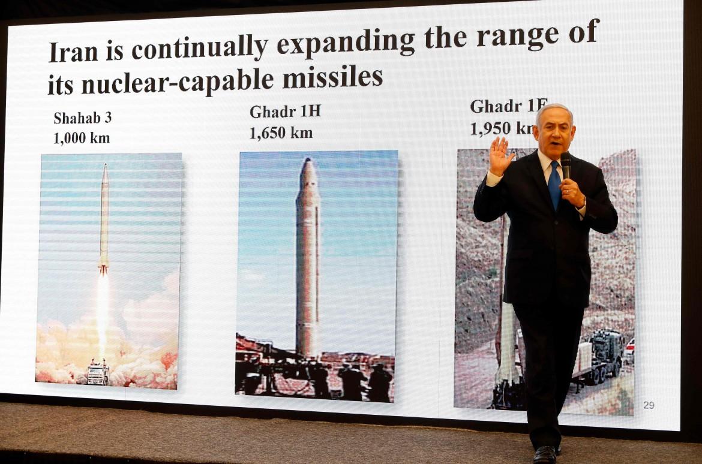 Netanyahu mentre illustra le