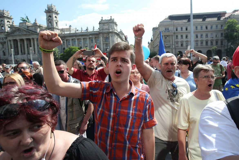 Budapest, la protesta contro il governo; sotto il premier Viktor Orbán in parlamento