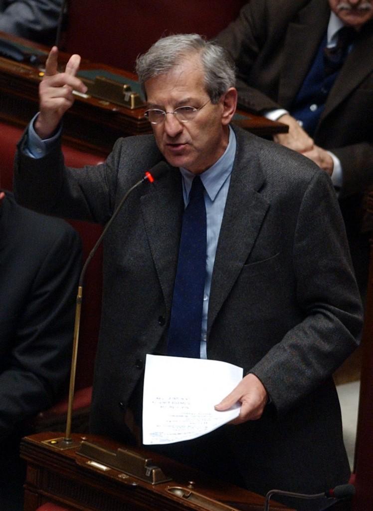 Luciano Violante alla Camera mentre pronuncia la celebre frase  il 28 febbraio 2002