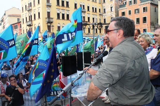 Il segretario della Uiltec Paolo Pirani parla a una manifestazione della Uil