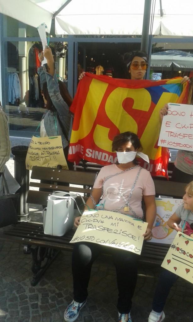 Valeria incatenata all'outlet di Castel Romano tra la solidarietà delle colleghe lo scorso ottobre