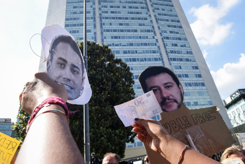 La protesta dei centri sociali davanti al Pirellone; sotto il presidente Mattarella e la foto della riunione al Pirellone pubblicata su Instagram da Di Maio