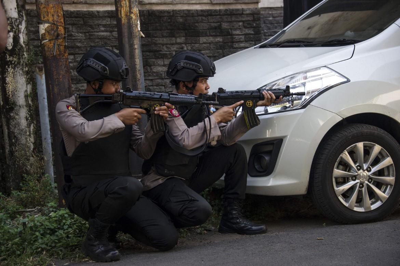 Poliziotti indonesiani a Surabaya dopo l'attentato suicida