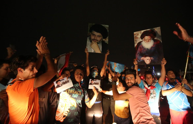 I sostenitori di Moqtada al-Sadr festeggiano nelle strade di Baghdad il risultato elettorale