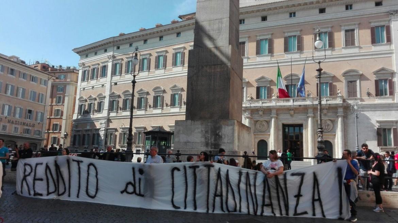 Attivisti M5S di fronte alla Camera l'11 maggio scorso a sostegno di Luigi Di Maio