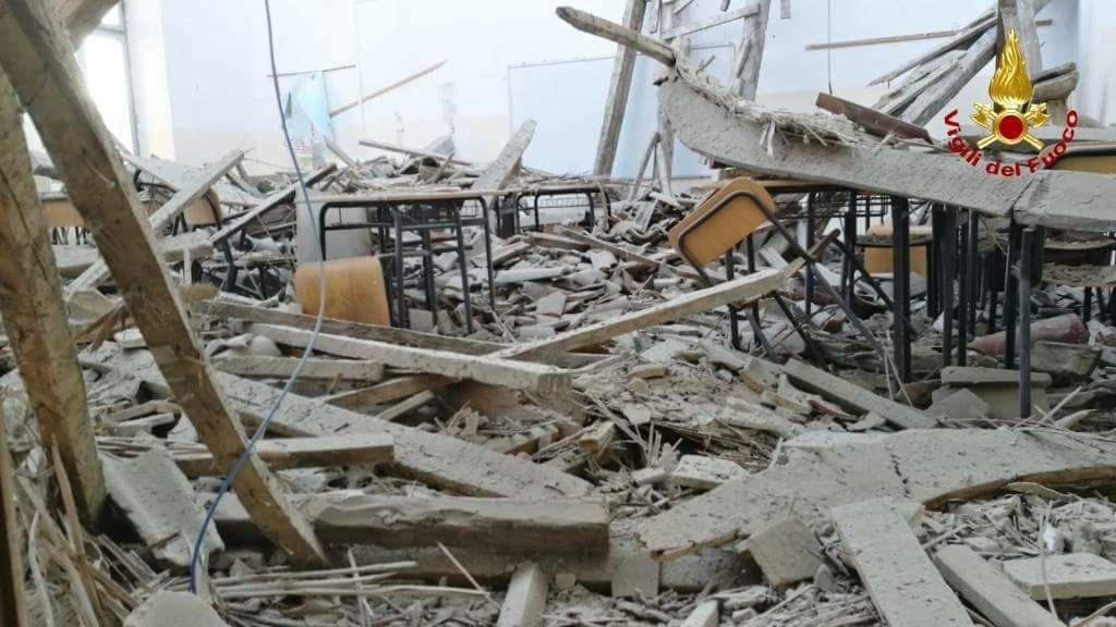 L'aula magna della scuola Montani di Fermo devastata dal crollo